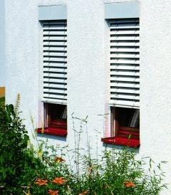Außenjalousie und Fensterbank rot aus Holz